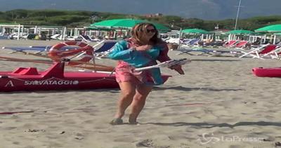 Daniela Santanchè a tutta spiaggia: gioca a racchettoni e ...