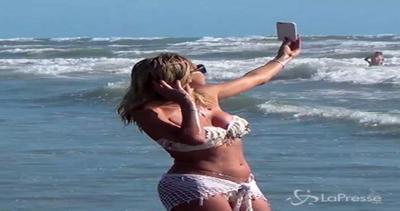 Valeria Marini sexy in spiaggia con micro bikini bianco: ...