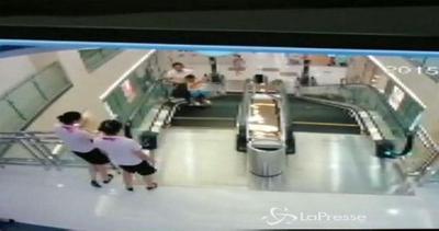 Cina, madre cade nella scala mobile: riesce a salvare il ...