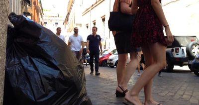 Degrado a Roma, un giro a via del Corso tra sporcizia e ...