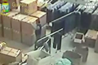 Contraffazione: blitz contro falsi, denunciati 35 cinesi