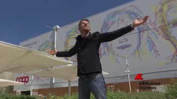Il graffittaro robotico sulla facciata del Future Food ...