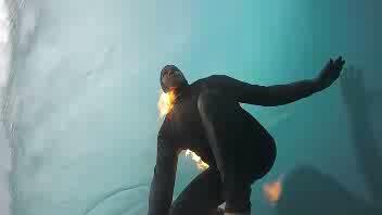 Surf sulle onde con il fuoco