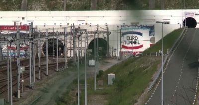 Calais, migliaia di migranti assaltano Eurotunnel