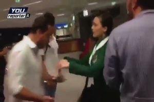 Hostess spintona il passeggero che protesta