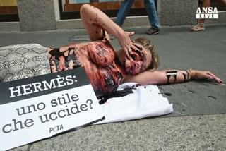 Protesta Peta davanti negozio Herme's Milano