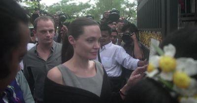 Angelina Jolie in Birmania difende vittime di violenza ...