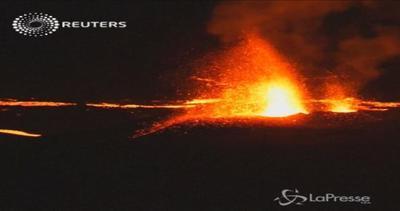 Le spettacolari immagini del vulcano di Reunion in eruzione