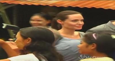 Angelina Jolie in visita in Birmania, incontra gruppo ...