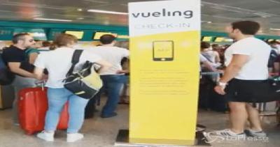 Fiumicino, cancellati voli Vueling: passeggeri lasciati a ...