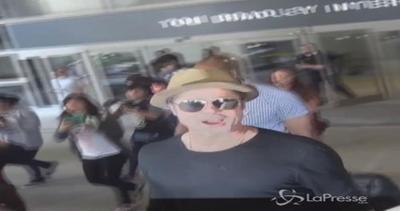 Brad Pitt torna a Los Angeles dopo il matrimonio di Guy ...