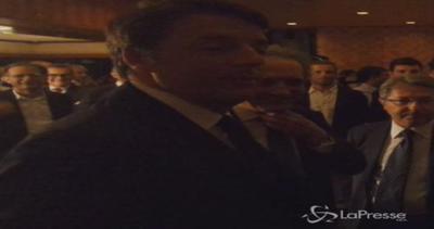Giappone, Renzi arriva in ambasciata: accolto da imprenditori
