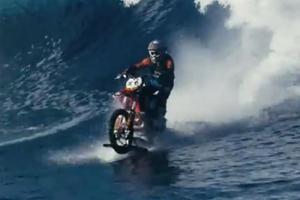 """""""Maddo"""": l'uomo che cavalca le onde di Tahiti con la moto"""