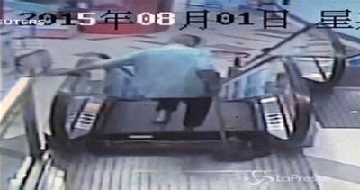 Incidente sulle scale mobili in Cina, 35enne perde un piede