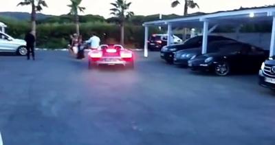 Accelera troppo con la Porsche e rimedia una figuraccia