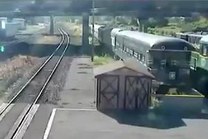 Tredicenne sgancia il freno, treno merci si schianta contro ...