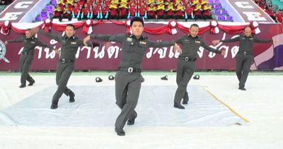 Il video virale dei poliziotti thailandesi che ballano
