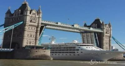Il Tower Bridge si solleva per far passare nave da crociera ...