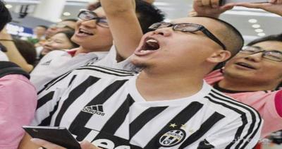 La Juventus vola a Shanghai: tifosi in delirio all'aeroporto