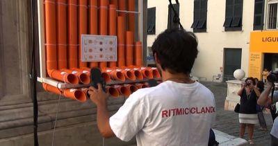 Quando il riciclo diventa arte, musica coi tubi a Genova