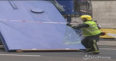 Autobus 'decapitato' da una ramo a Londra: 4 feriti