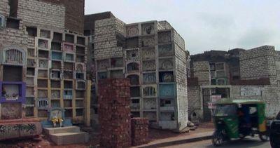 Perù, vivere tra le tombe: a Lima i poveri abitano nel ...