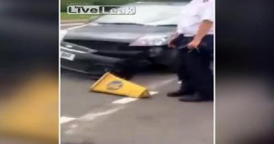 Auto vs cono di plastica incastrato nel parafango: chi ...