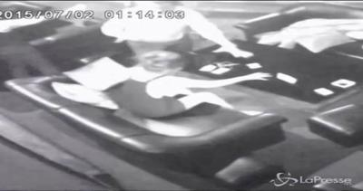 Video choc: la star tv riempita di botte dal tycoon, ...