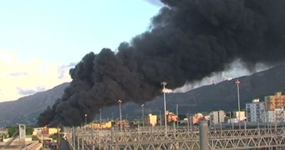 A Palermo un rogo devasta un deposito di carburante