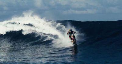 Surf in moto da cross, l'impresa dello stuntman Robbie ...