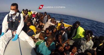 Il video del salvataggio di 256 migranti, viaggiavano su ...