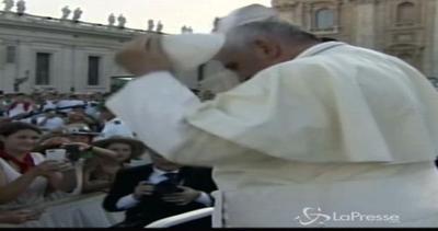Il Papa fra i chierichetti. E scatta lo scambio: tu mi dai ...