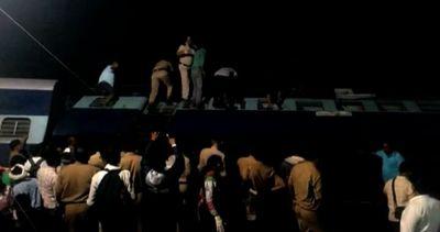 India, deragliano due treni affollatissimi: almeno 27 morti