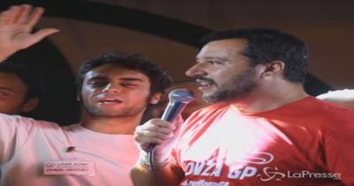Non solo politica: Salvini canta 'Io Vagabondo' ad Arcore