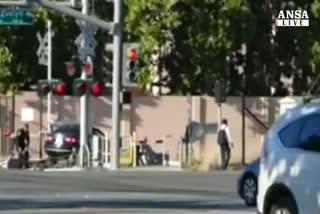 Poliziotto salva uomo da un treno in corsa