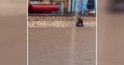 Bimbo travolto dall'inondazione in Yemen: uomo eroico lo ...