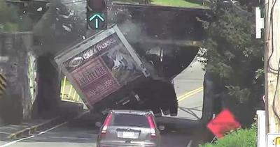 Schianto memorabile: camion contro ponte