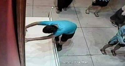 Bimbo inciampa e buca quadro italiano in mostra a Taipei