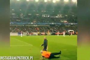 Tifoso invade il campo, lo steward scivola: figuraccia in ...