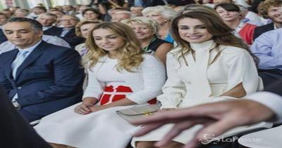 Rania di Giordania elegantissima a Parigi: è splendida in ...