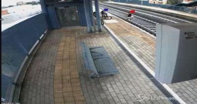 Bologna, posizionano sassi sui binari del treno: fermati 4 ...
