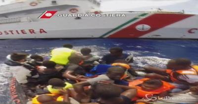 Sbarchi, 10 migranti ustionati trasferiti in elicottero: ...