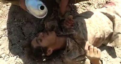 Peshmerga curdi salvano nemico dell'isis ferito, il video