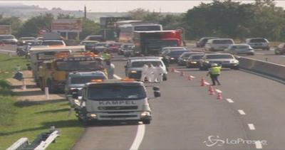 Oltre 70 i cadaveri di migranti trovati nel camion in ...