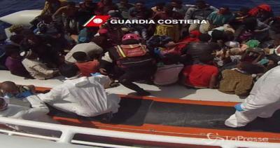 Sbarchi, nuova tragedia in mare: almeno 200 morti a largo ...