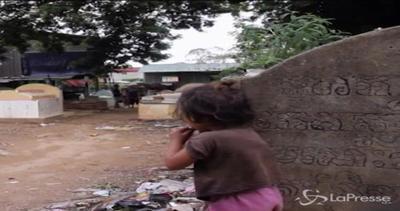 Cambogia, perdono la casa e in 100 occupano un cimitero