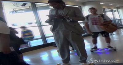 Wiz Khalifa imperterrito non molla l'hoverboard in aeroporto