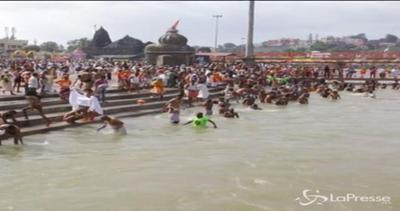 Milioni di pellegrini induisti nelle acque del Godavari per ...