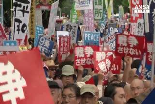 Giappone in piazza contro svolta militarista di Abe