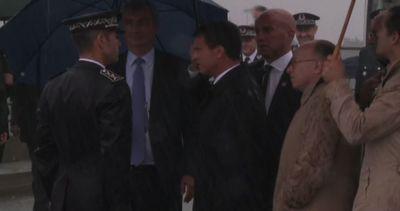 Immigrati, il premier francese Manuel Valls arriva a Calais